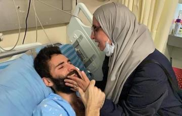 والدة الأسير مقدد القواسمي خلال الالتقاء به في المستشفى بعد 77 يوم من الإضراب عن الطعام