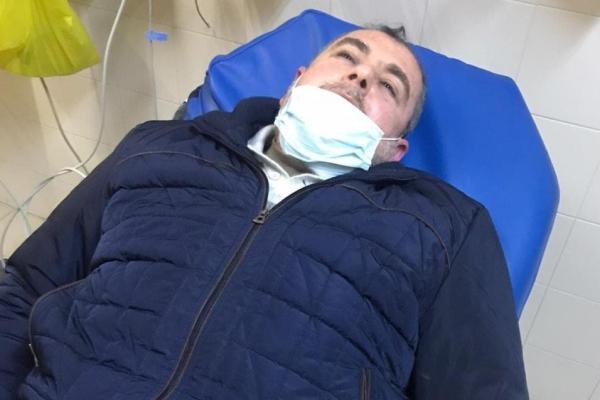 الأسير المحرر عبد الناصر الرابي على سرير المشفى بعد الاعتداء عليه