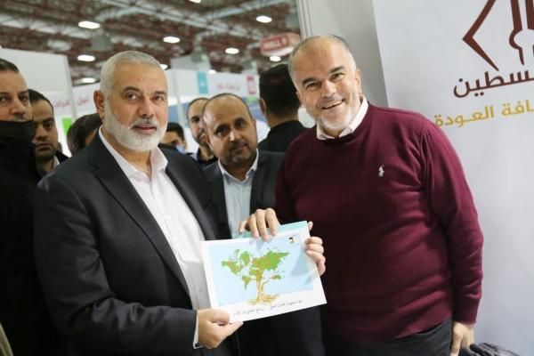 هنية خلال زيارته معرض الكتاب العربي في إسطنبول