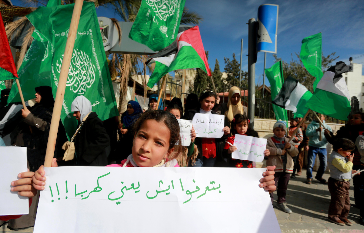 الحركة النسائية بحركة حماس تنظم وقفة احتجاجية رفضاً لاستمرار أزمة كهرباء غزة.