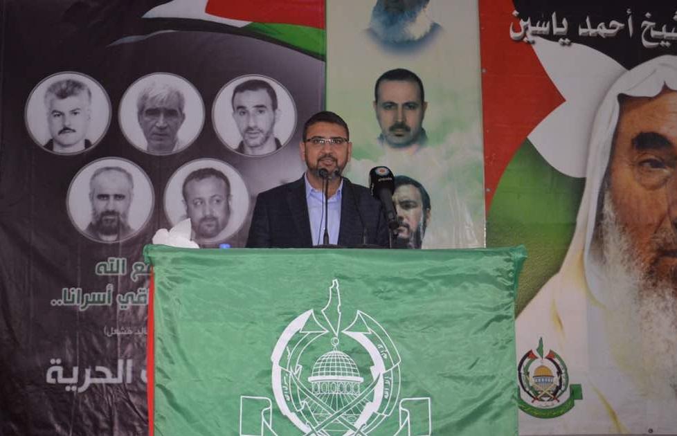 سامي أبو زهري خلال لقاء جماهيري عقد في مخيم الرشيدية جنوبي لبنان
