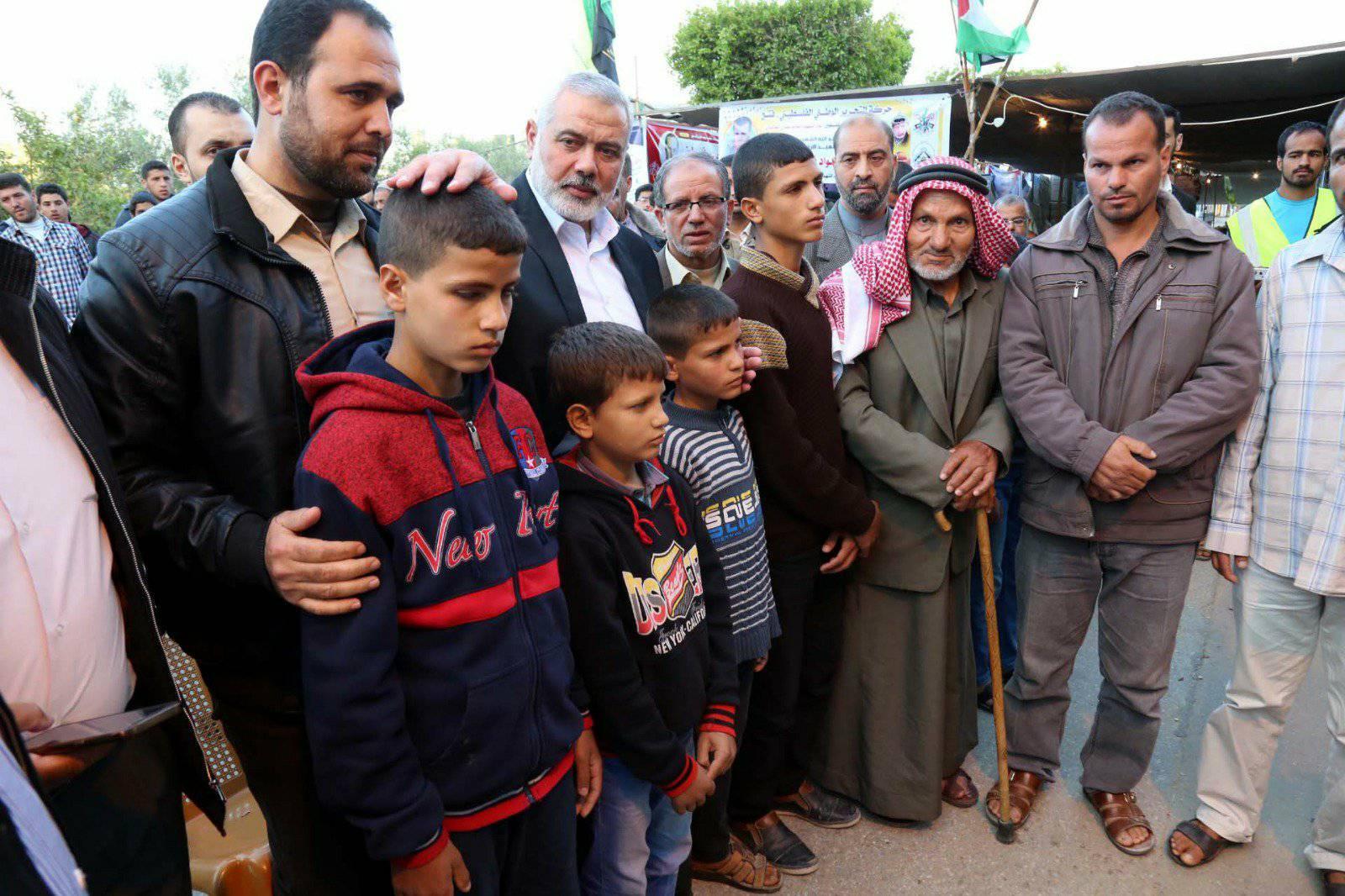 خلال تأدية هنية واجب العزاء لعائلة الشهيد مروان قديح