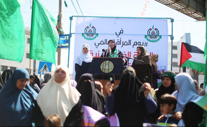 خلال وقفة الحركة النسائية بغزة